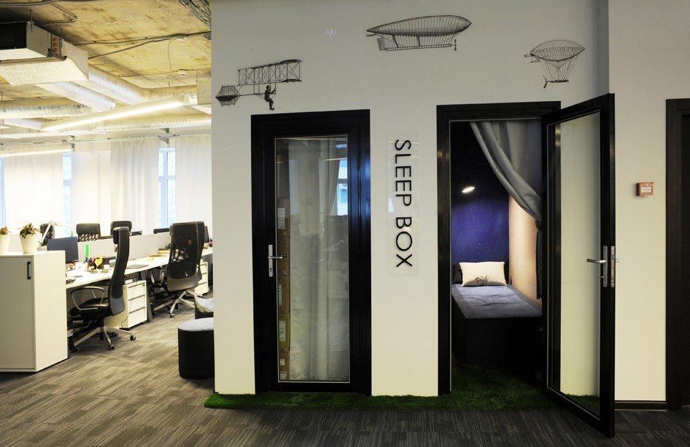 на каждом этаже офиса QIWI расположено по две комнаты для сна