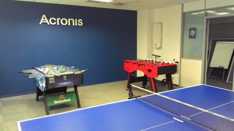 Сотрудники онлайн-сервиса для построения коммуникаций с клиентами LiveTex так же, как и работники Acronis, отдыхают преимущественно активно — в офисе есть бильярд, дартс, стол для кикера и Xbox.